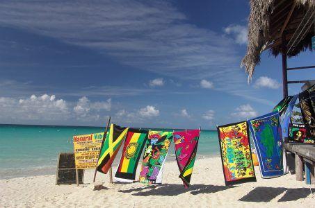 Karibischer Strand mit Handtuchverkauf