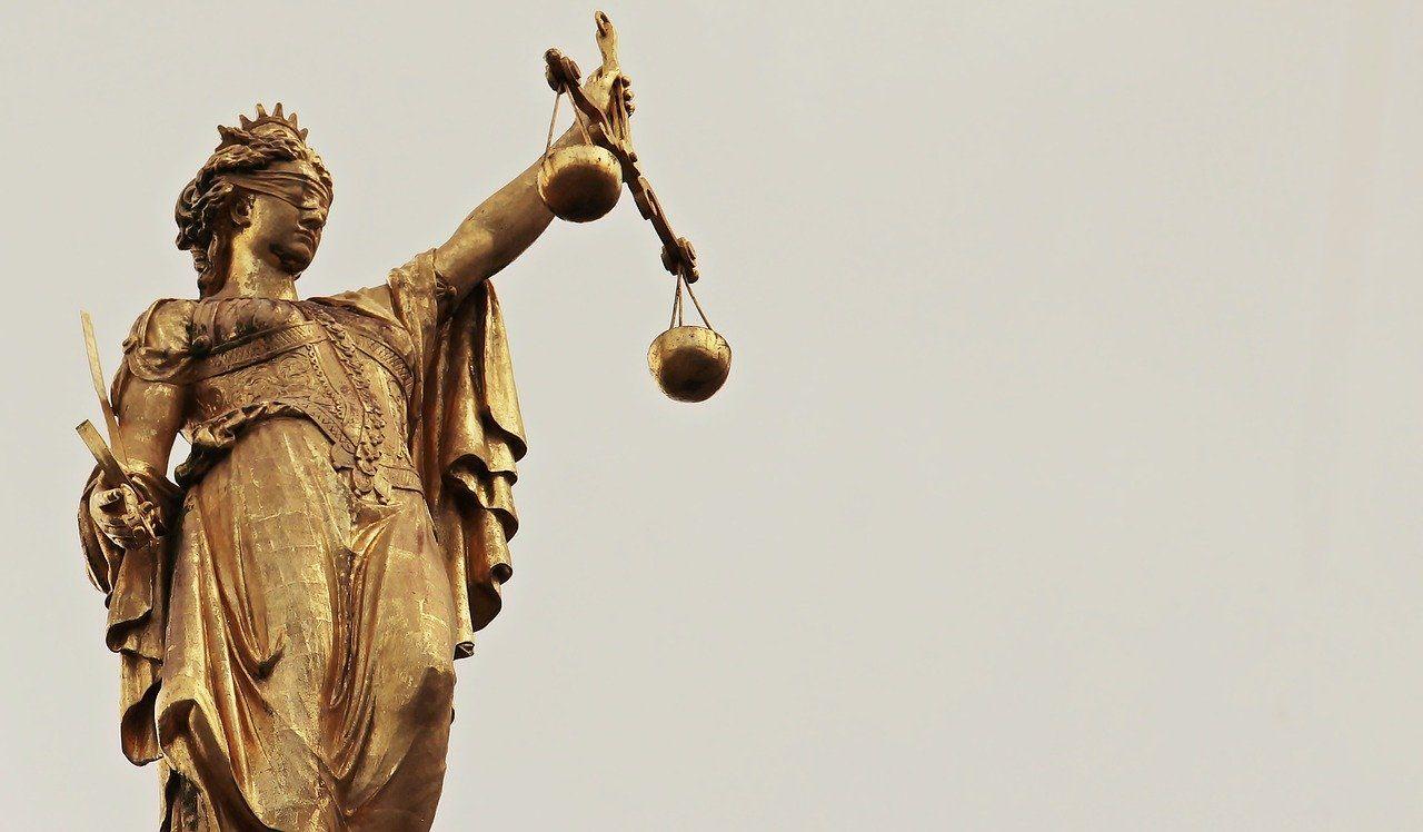 Goldene Justitia-Statue