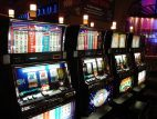Vier Spielautomaten in einer Reihe