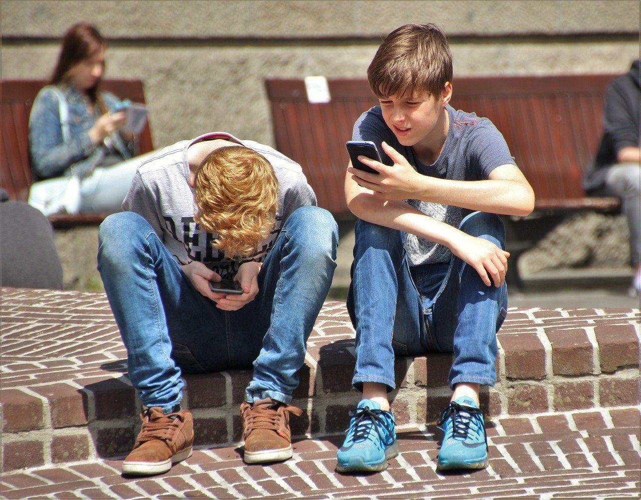 Jungen, Handy, Handy-Spiele, Kinder mit Smartphone