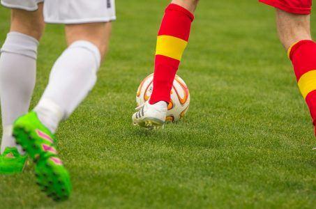 Fußball, Rasen, zwei Spieler