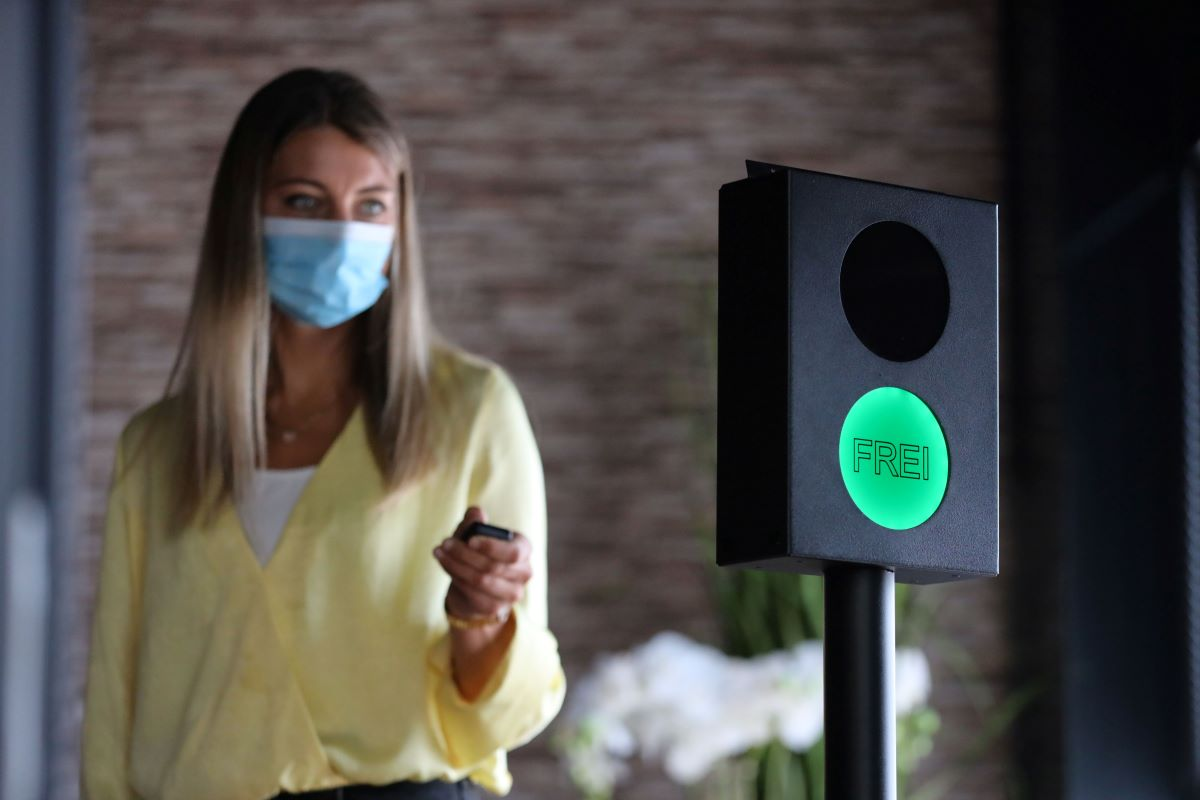 Ampel auf Grün, Frau mit Mundschutz
