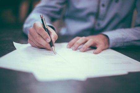 Papier, Mann mit Stift, Schreiben
