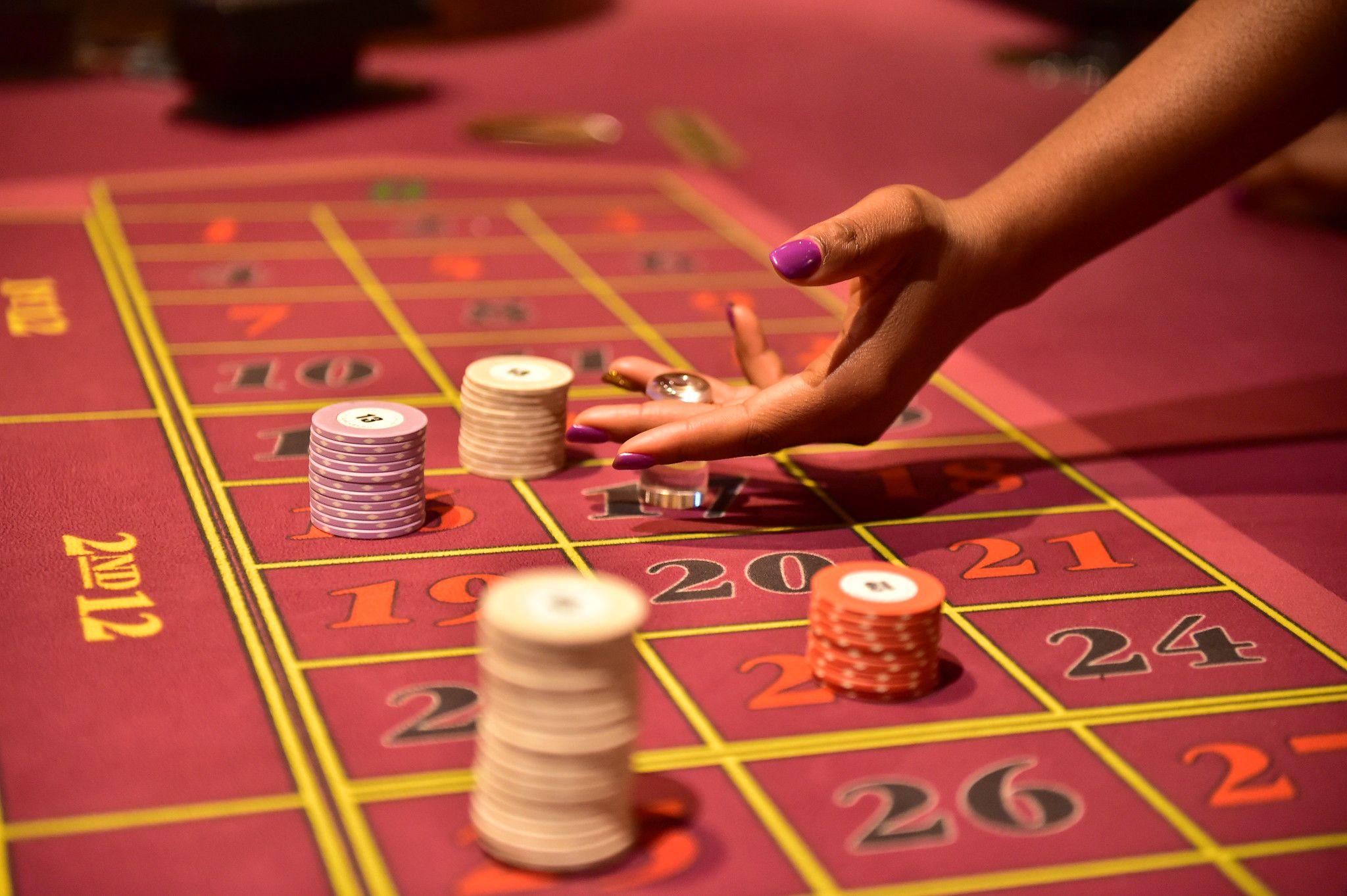 Hand schwarzer Frau am Roulettetisch