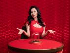 Frau in Rot, Box mit Würfeln