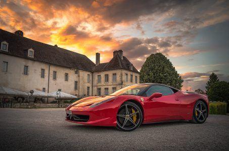 Roter Ferrari vor Herrenhaus matt lamers