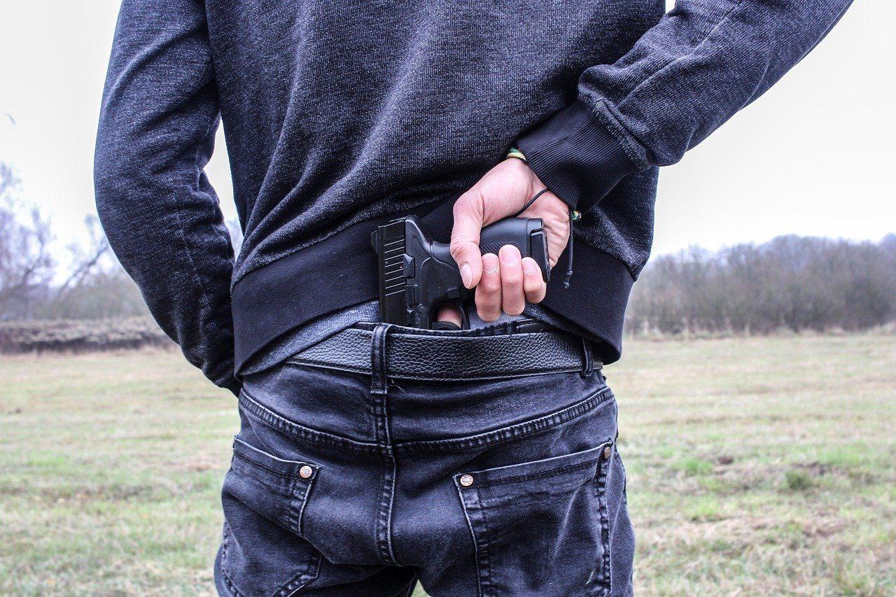Mann von hinten, Pistole