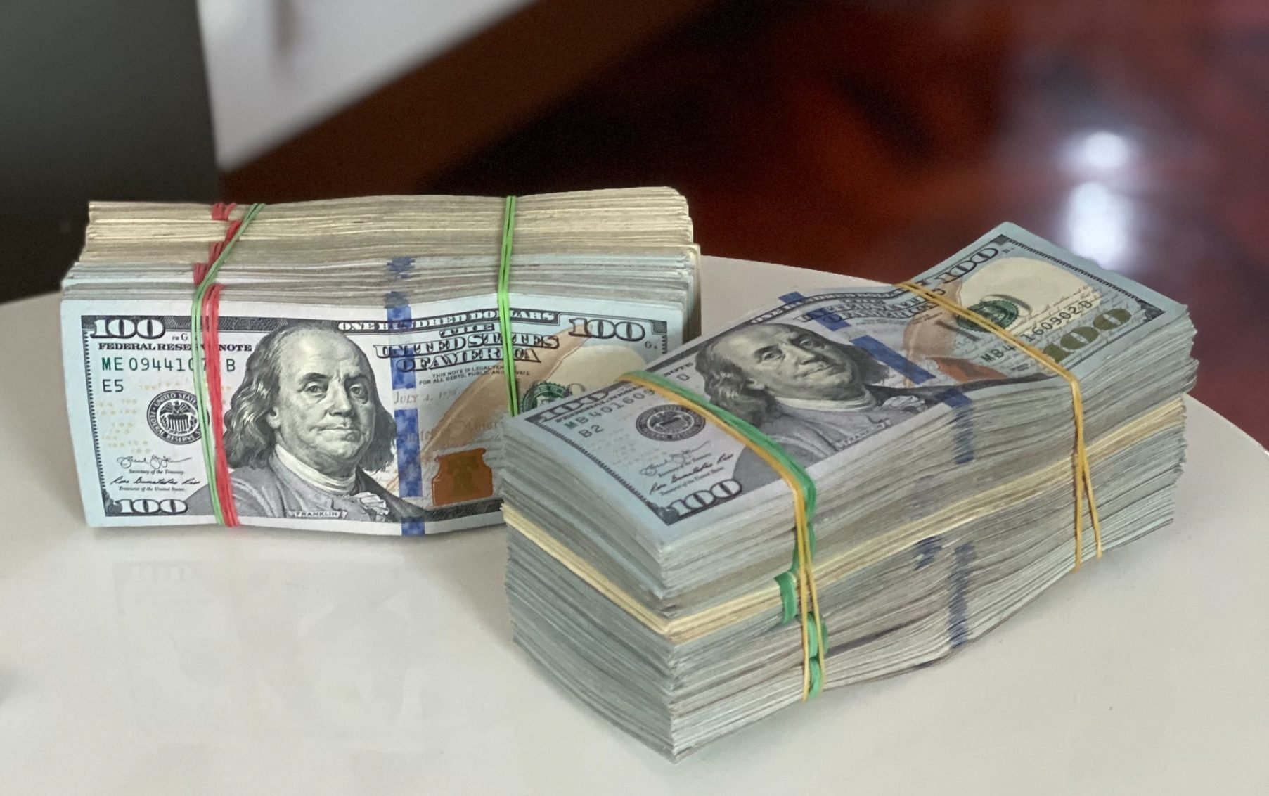 Buendel mit Dollarscheinen