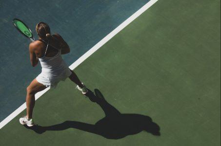 Tennisspielerin auf dem Platz von oben