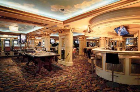 Casino, Spieltische, Slots, Bar
