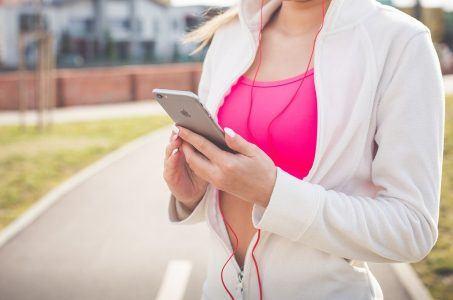 Mädchen mit Smartphone