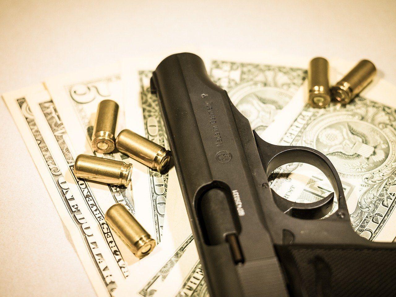 Geld, Pistole, Patronen
