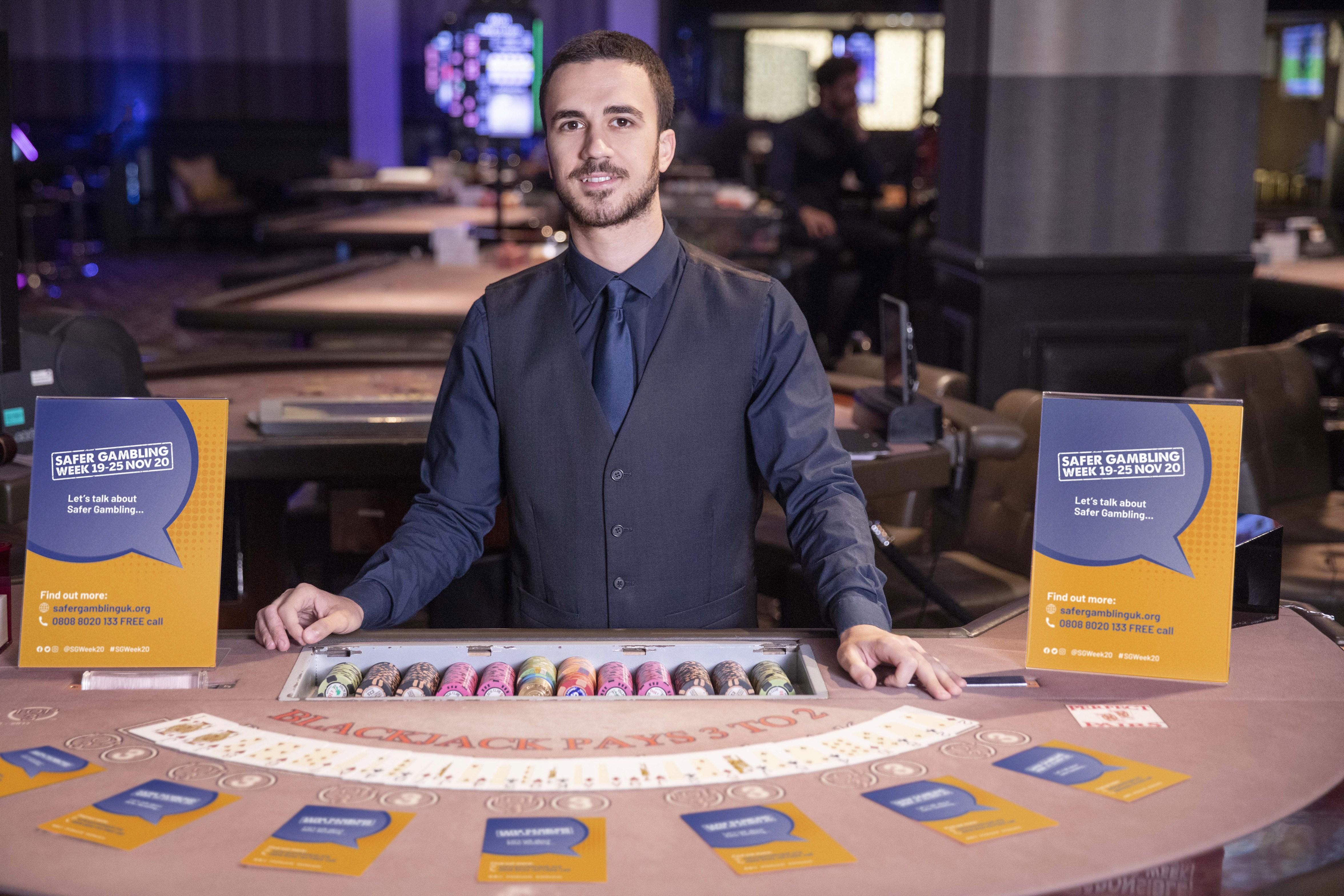 Mann, Dealer, Spieltisch