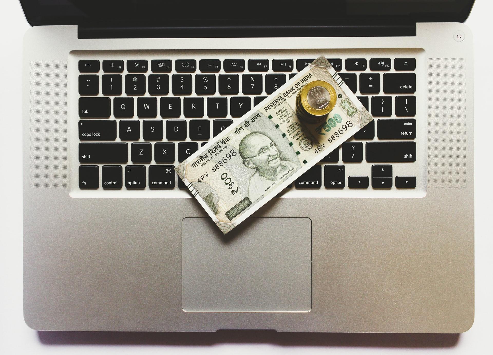 Laptop mit indischen Rupien