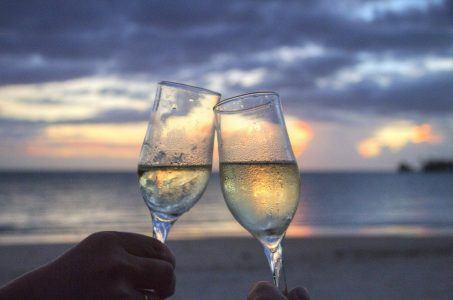 Sektgläser, anstoßen, am Strand, zwei Gläser