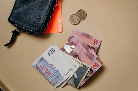 Pfundnoten und Portemonnaie