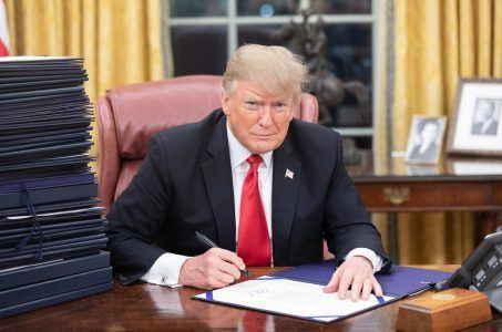 Trump unterschreibt Dokument im Weißen Haus