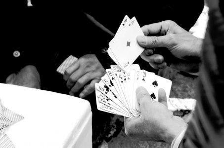 Männer spielen Karten Nahaufnahme Schwarzweiss