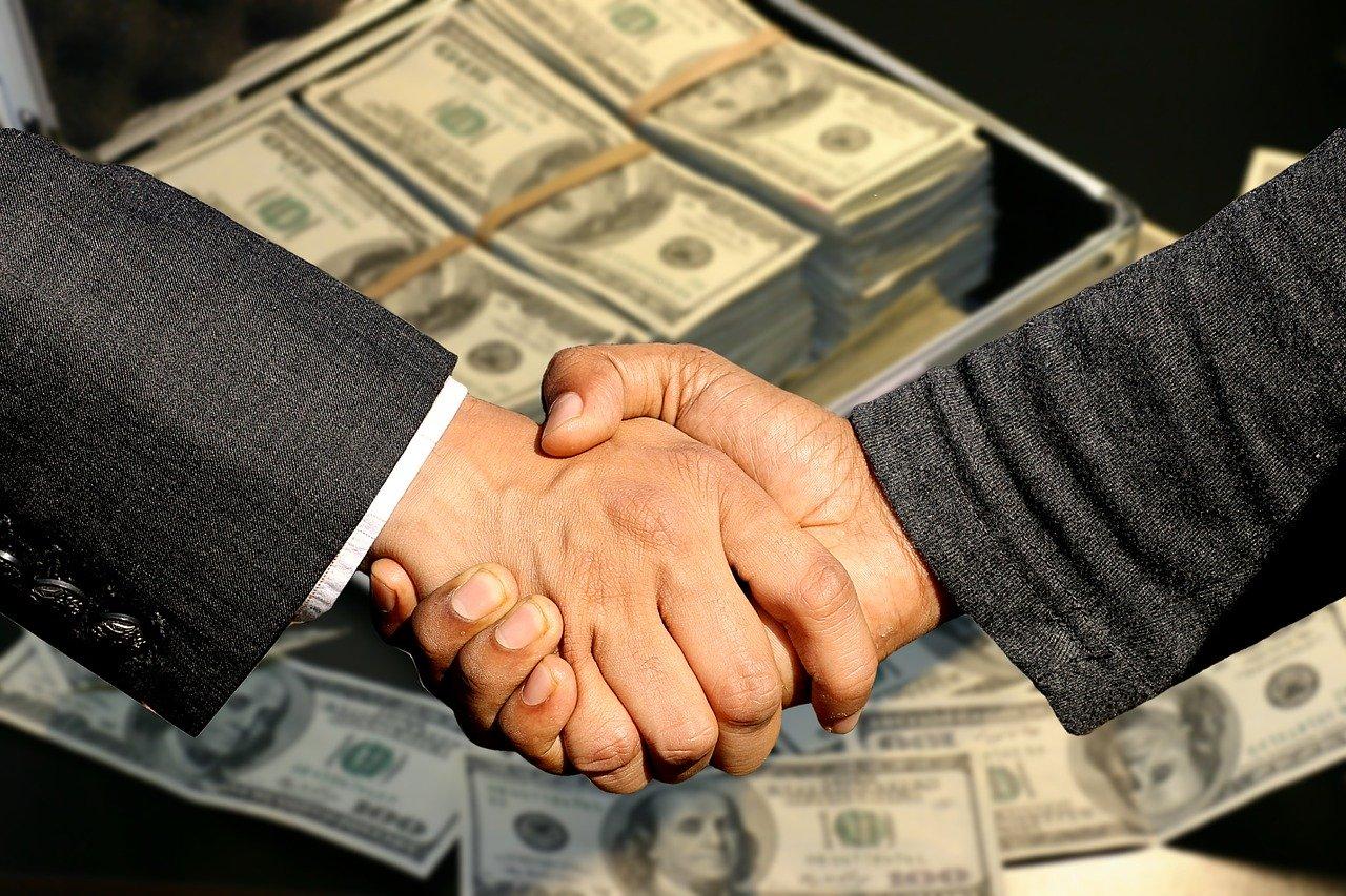 Händeschütteln, Koffer mit Geld