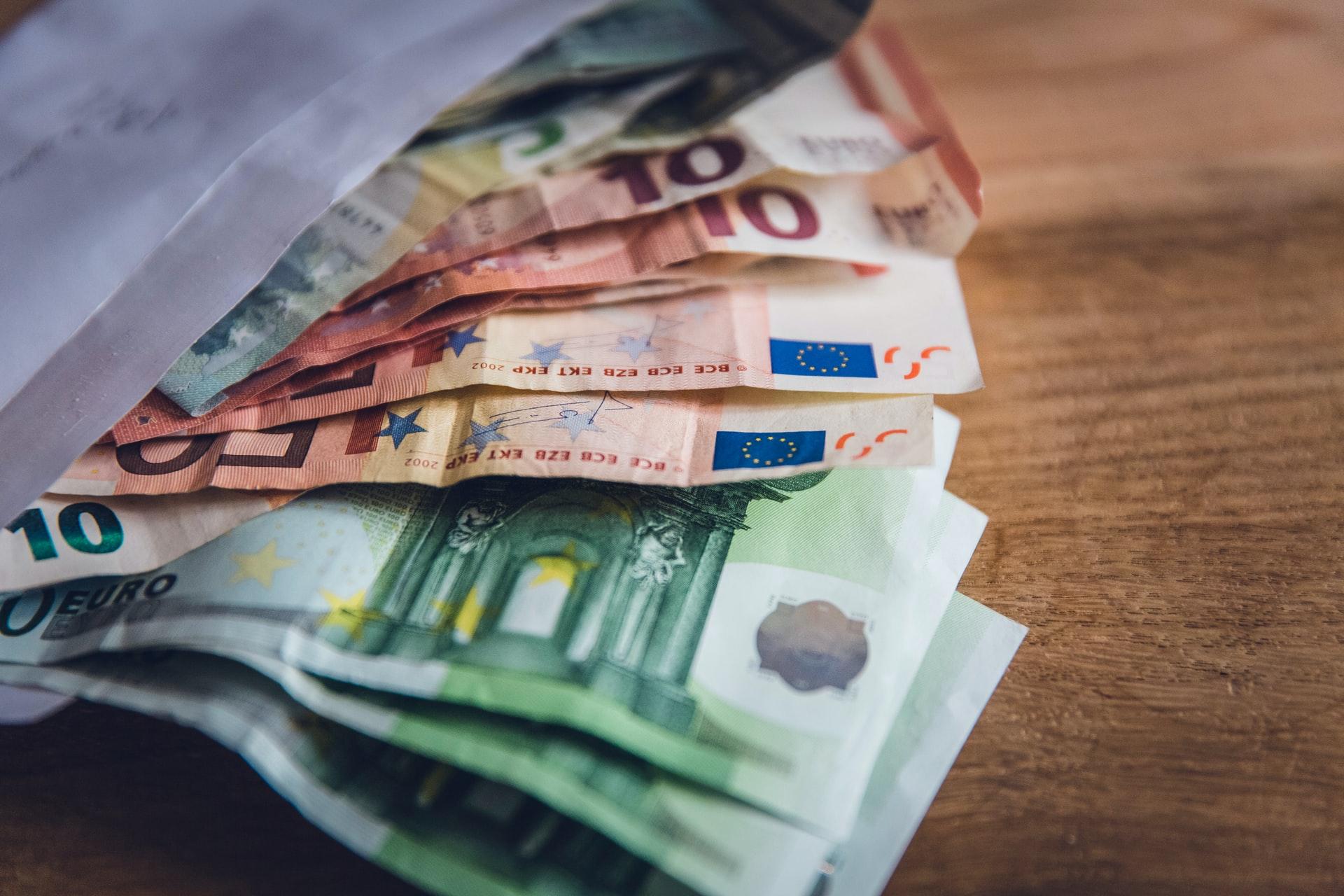 Euronoten in Briefumschlag