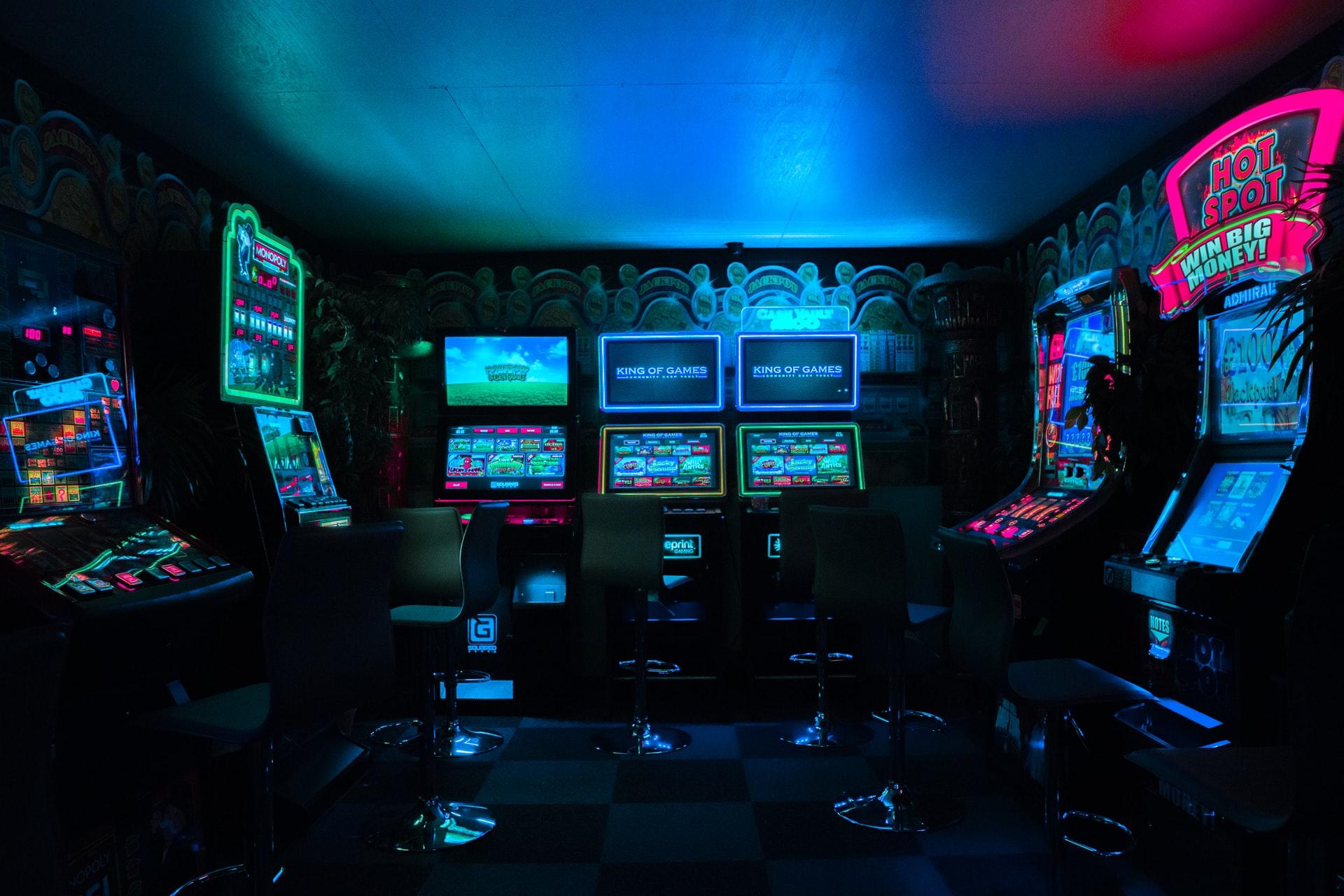 Spielautomaten leuchten in dunklem Raum