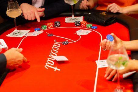 Baccarat-Tisch, Karten, Chips, Hände