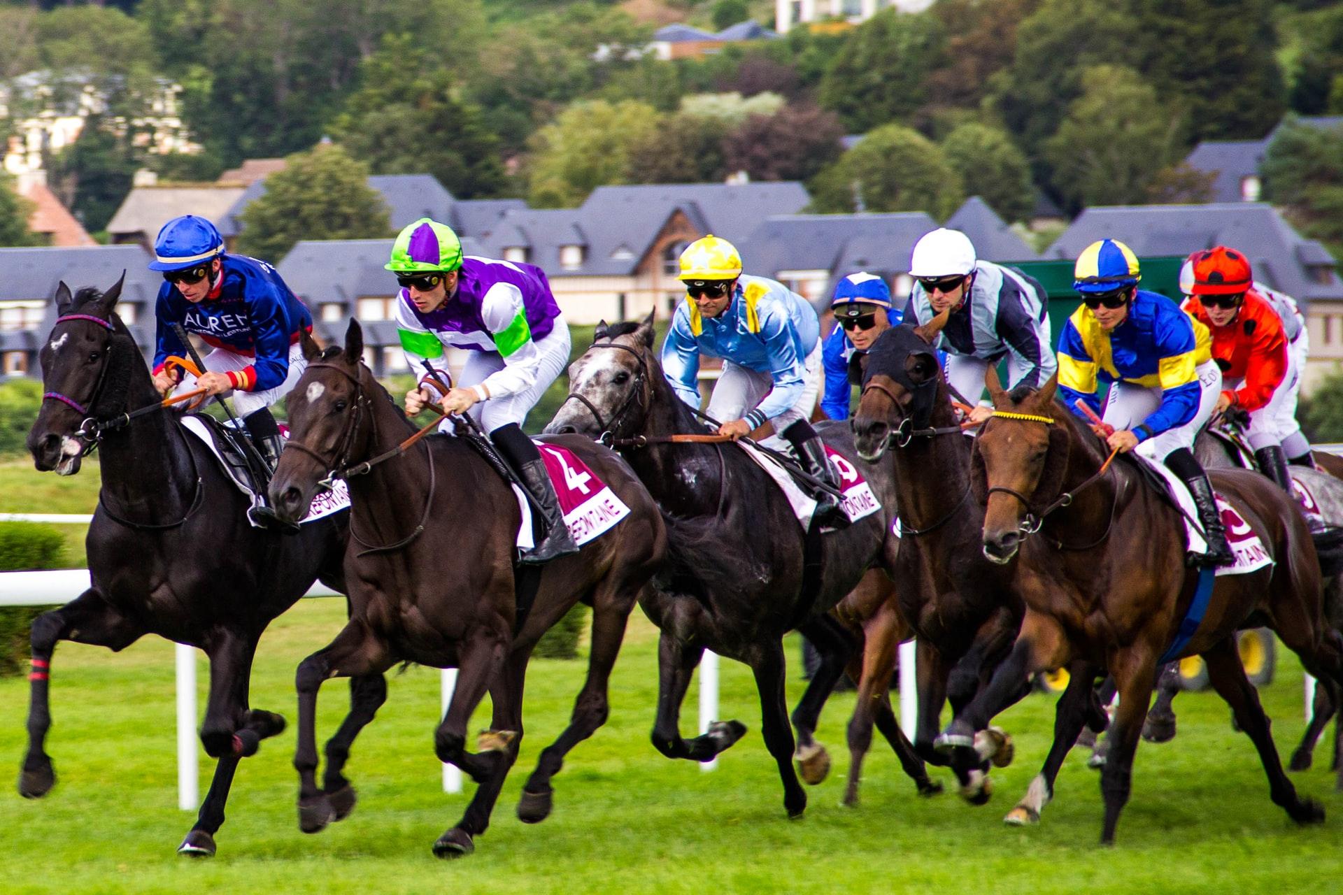 Jockeys auf Rennpferden Pferderennen