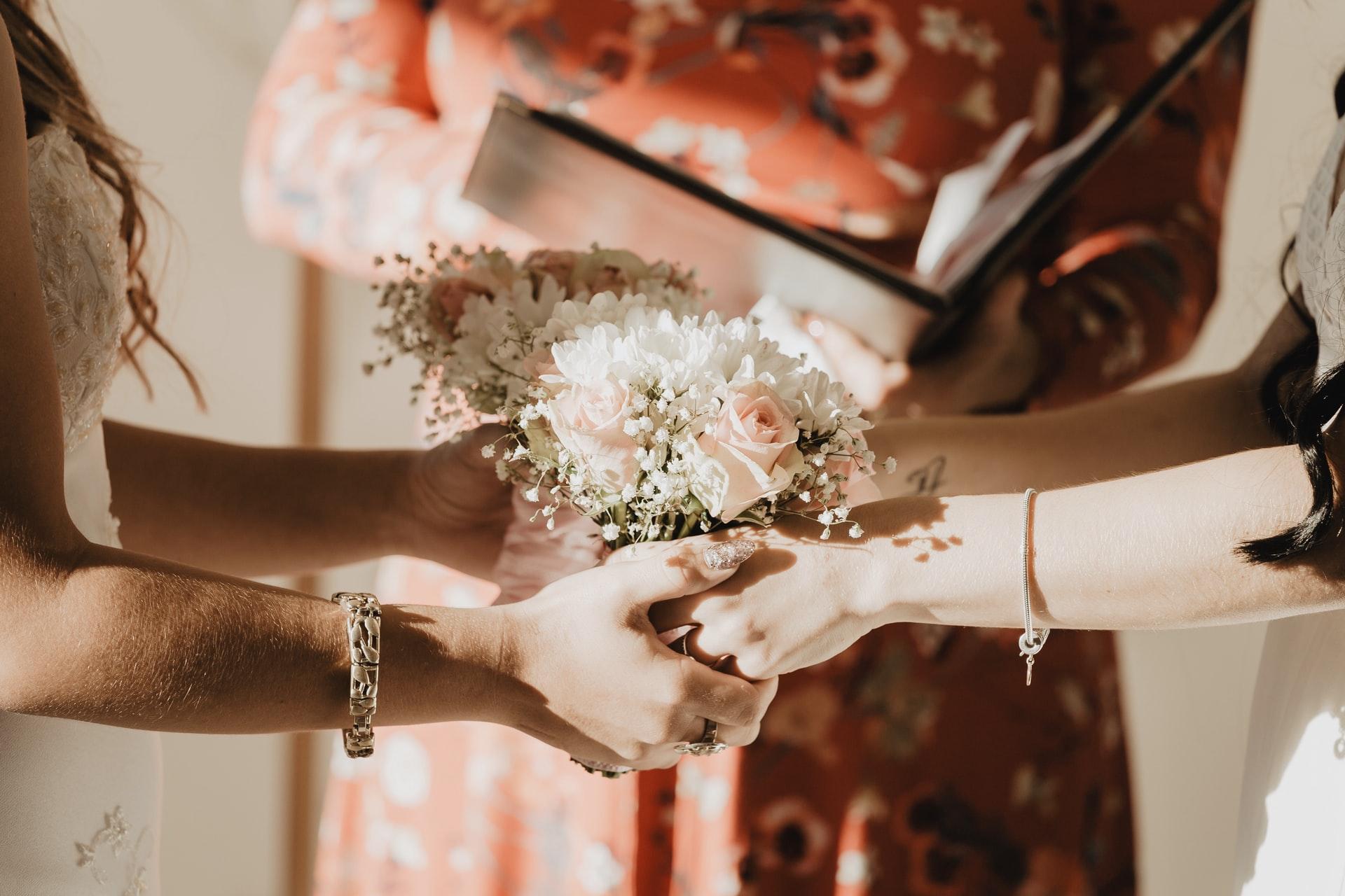 Hochzeitspaar hält sich an den Händen