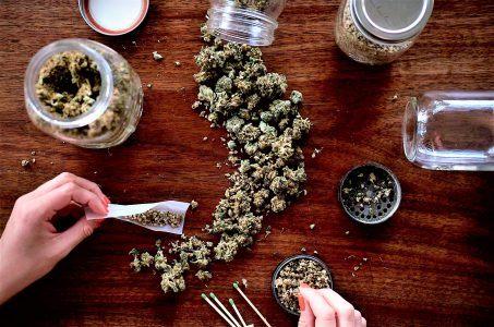 Frau mit Cannabis