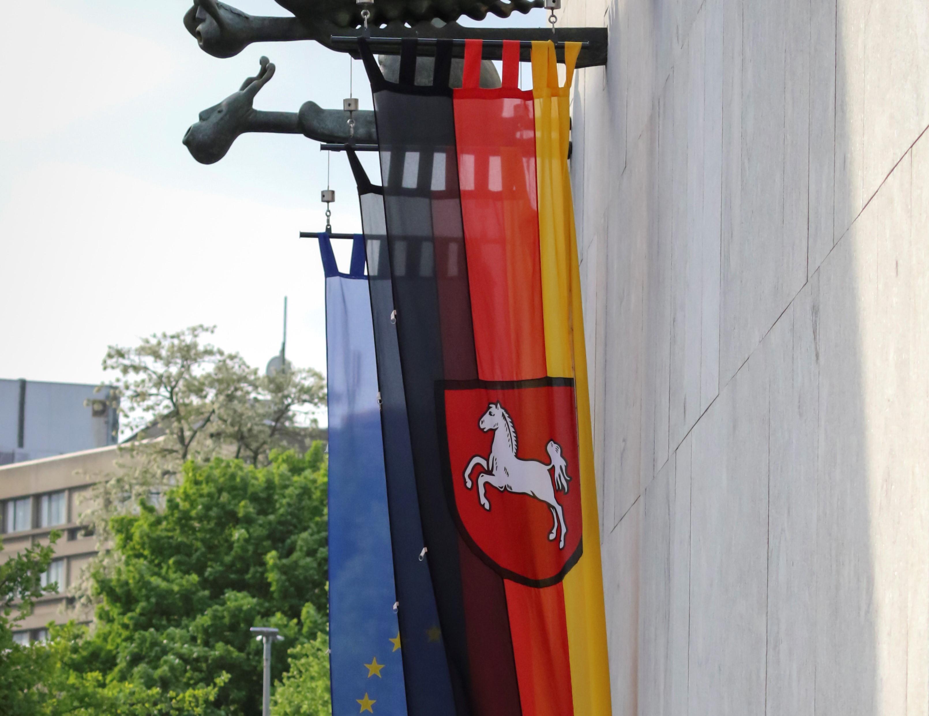 Landtag Hannover Außenansicht Fahnen