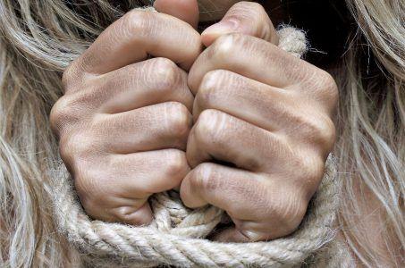 Frau mit gefesselten Händen
