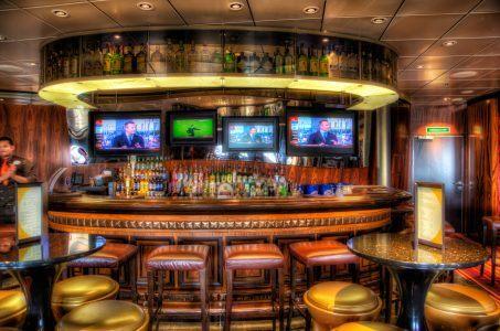 Sport-Bar, Tresen, Hocker, Monitore, Getränke
