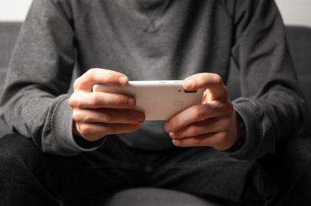 Smartphone sitzender Mann