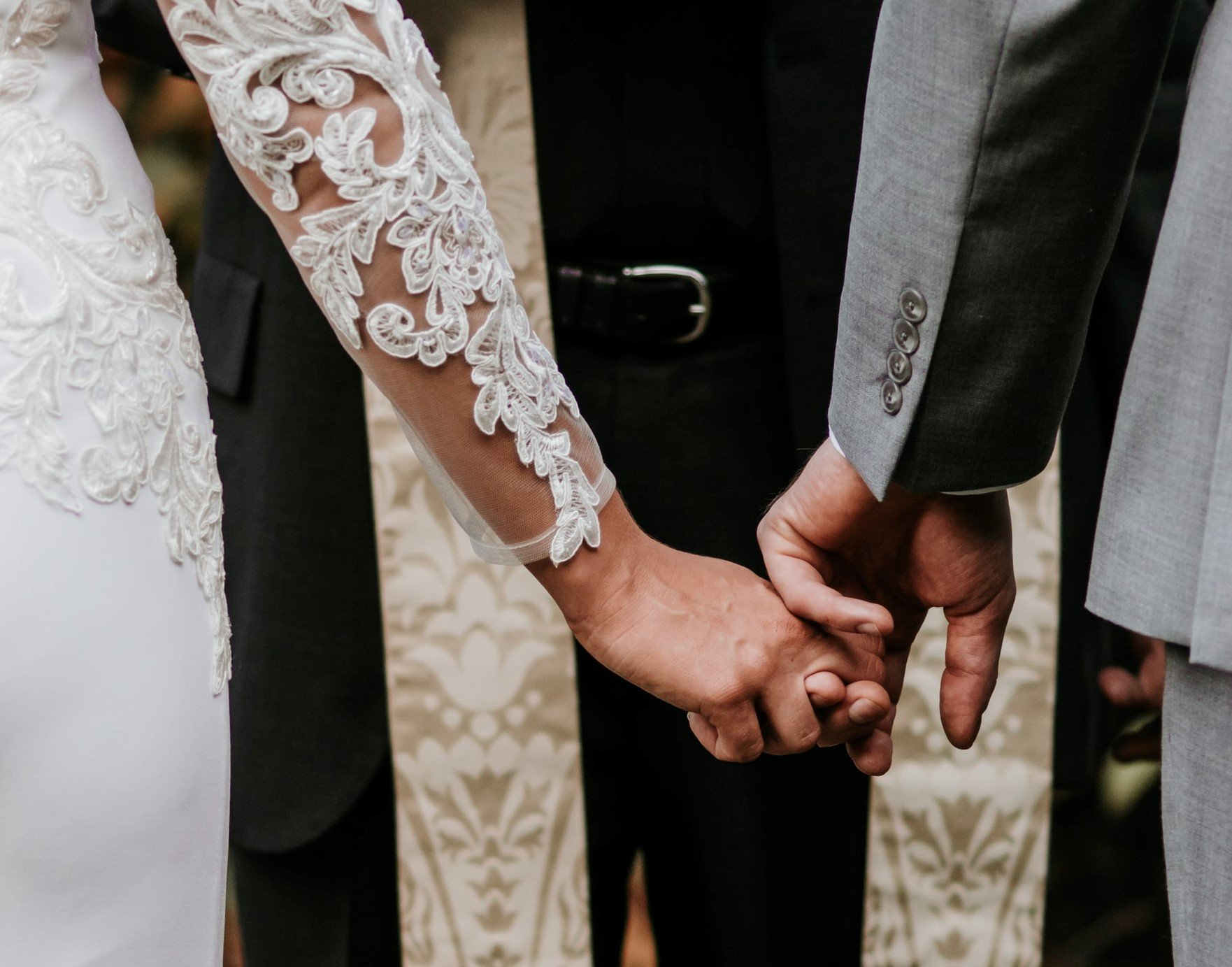 händchenhaltendes Hochzeitspaar von hinten