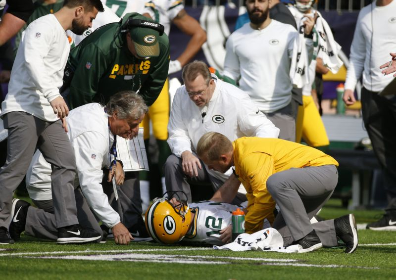 Aaron Rodgers injures collarbone